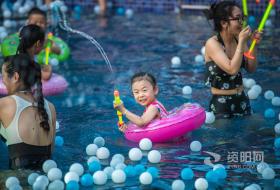 【图片】炎炎夏日 资阳市民泳池觅清凉