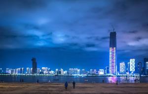 武汉:江滩夜色重现 生活逐步复原