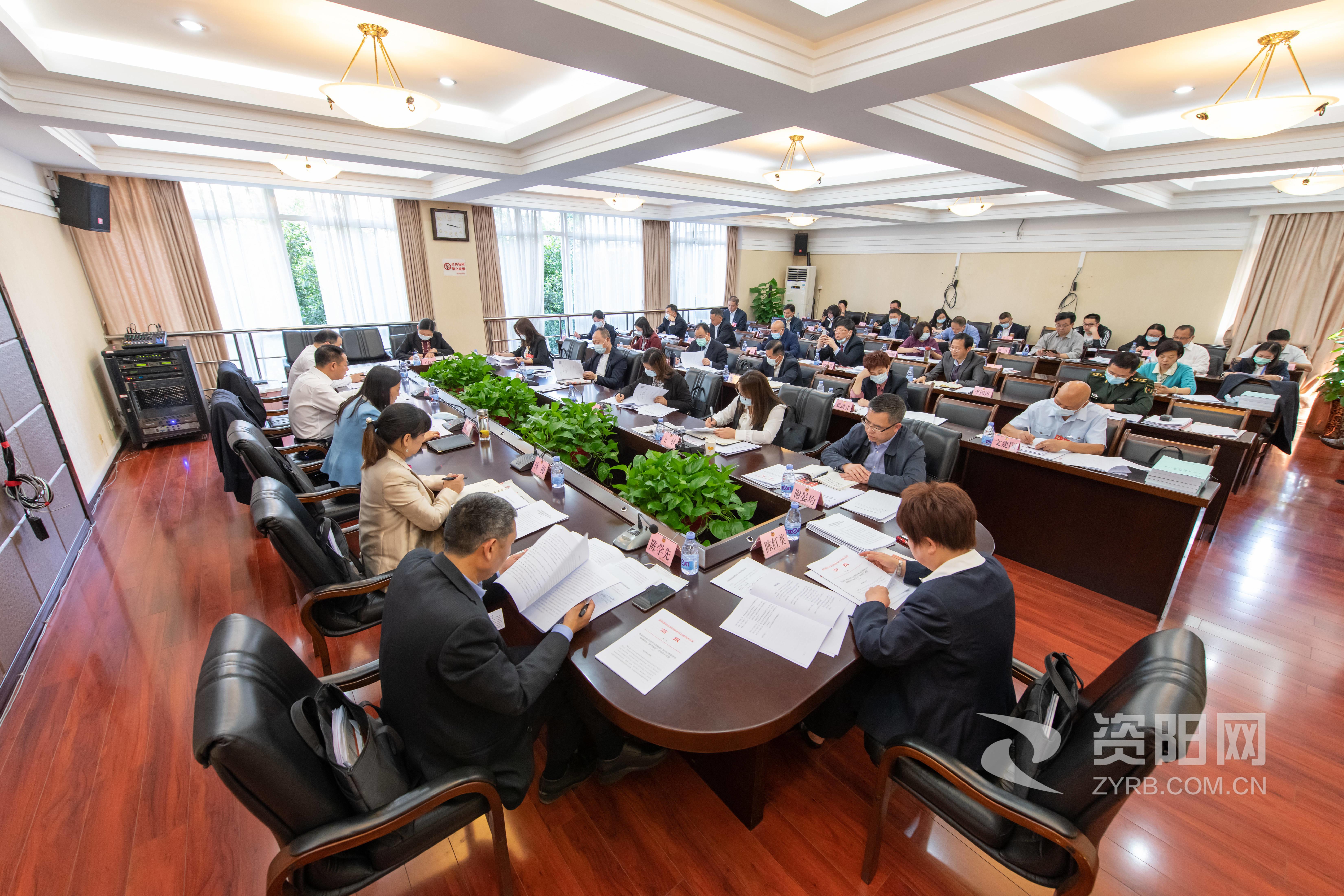 市政协四届四次会议举行分组讨论