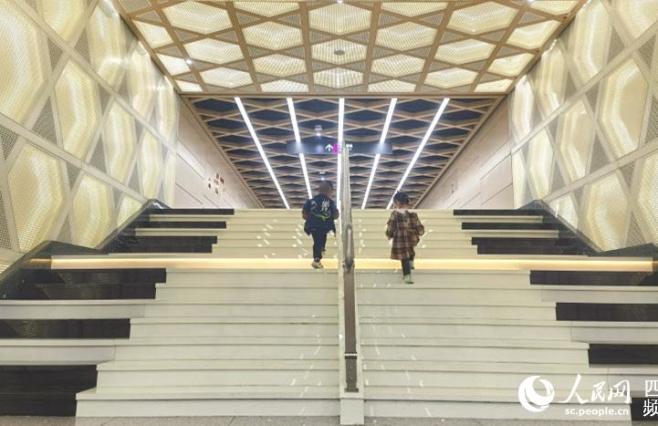 """一路叮咚 成都地铁通道上新""""钢琴阶梯"""""""